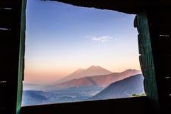 黎明两个火山,危地马拉 图库摄影