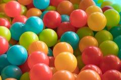 明亮和五颜六色的塑料玩具球,球坑,关闭 库存图片