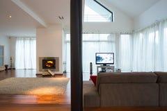 明亮和宽敞客厅 免版税库存图片