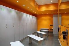 明亮和干净的欧洲dressin室 库存照片