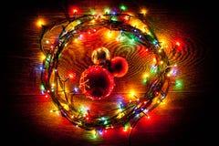 明亮和美丽,电圣诞节诗歌选和球 库存照片