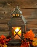 明亮地发光与秋天Decoratio的传统亚洲灯笼 免版税库存图片