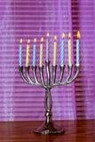 明亮地发光的光明节menorah蜡烛