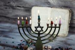 明亮地发光的光明节Menorah -浅景深 免版税图库摄影
