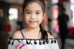 明亮地微笑一名美丽的亚裔的妇女的画象 免版税库存照片