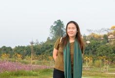 明亮地微笑一名美丽的亚裔的妇女的画象 免版税图库摄影