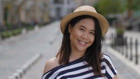 明亮地微笑美丽的亚裔的女孩画象  股票视频