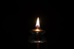 明亮地烧在黑背景的一个轻的蜡烛 免版税库存照片