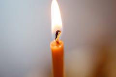 明亮地燃烧的蜡烛在东正教里 免版税库存图片