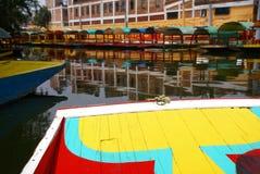 明亮地色的小船弓  免版税库存图片