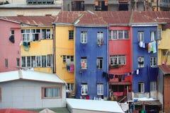 明亮地色的房子在瓦尔帕莱索 免版税库存照片