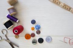 明亮地色的按钮和缝合的棉花 库存图片