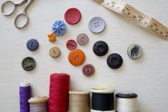 明亮地色的按钮和缝合的棉花 库存照片