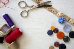 明亮地色的按钮和缝合的棉花 免版税库存图片