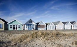 明亮地色的海滩小屋 免版税库存照片