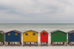 明亮地色的海滩小屋2 库存照片