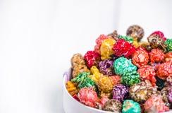 明亮地色的糖煮的玉米花,白色背景 速食,在浅粉红色的碗的水果味道的玉米花的水平的图象 colo 免版税库存图片