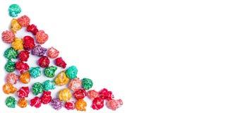 明亮地色的糖煮的玉米花,白色背景 速食,在浅粉红色的碗的水果味道的玉米花的水平的图象 colo 库存照片