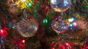 明亮地色的,爽快圣诞树装饰品挂上与光和闪亮金属片 图库摄影