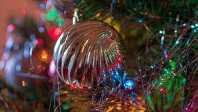 明亮地色的,爽快圣诞树装饰品挂上与光和闪亮金属片 免版税库存照片