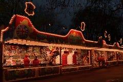 明亮地被点燃的五颜六色的行传统游艺集市摊位 免版税库存照片