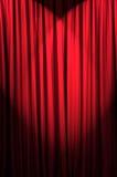 明亮地被点燃的窗帘-剧院概念 免版税库存图片