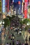 明亮地被点燃的街道在东部新宿,东京,日本。 免版税图库摄影