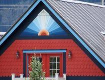 明亮地被绘的房子在山镇 图库摄影