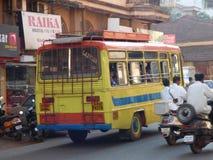 明亮地被绘的公共汽车印度 库存照片