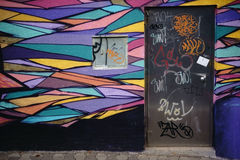 明亮地被绘的街道画墙壁 库存图片