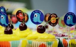 明亮地装饰的杯形蛋糕品种  免版税图库摄影