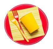 明亮的一次性板材,纸杯,塑料分叉被隔绝的餐巾 免版税库存图片