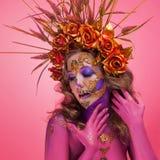 明亮的万圣节图象,与糖头骨的墨西哥样式在面孔 年轻美女明亮的敢的图象 免版税库存图片
