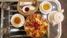 明亮的下午茶桌,与古色古香的英国骨瓷花卉样式茶具 库存图片