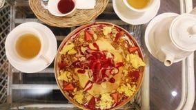 明亮的下午茶桌,与古色古香的英国骨瓷花卉样式茶具 免版税图库摄影