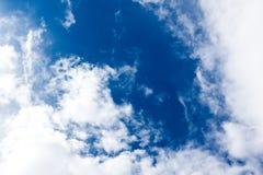 明亮的云彩和蓝天 免版税库存图片