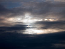 明亮的云彩月亮 免版税库存照片