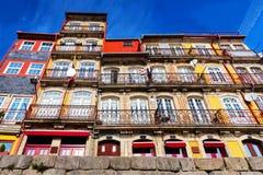 明亮的五颜六色的房子在波尔图,老镇,底视图 库存照片