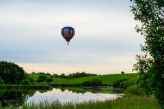 明亮的五颜六色的热空气气球蓝色清楚的天空 免版税库存图片