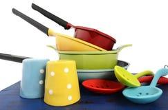 明亮的五颜六色的现代厨房罐和平底锅 免版税库存照片