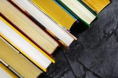 明亮的五颜六色的精装书顶视图在圈子预定 打开书,被扇动的页 库存照片