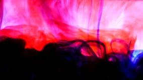 明亮的五颜六色的背景蓝色和红色液体墨水上色混和在水中 库存照片