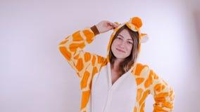 明亮的儿童` s睡衣的女孩以袋鼠的形式 学生的情感画象 儿童` s的服装介绍 免版税图库摄影