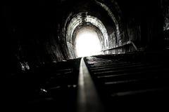 明亮的光和一条老铁路隧道的末端 免版税库存图片