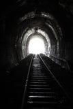 明亮的光和一条老铁路隧道的末端 免版税库存照片