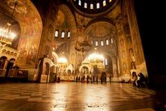 明亮的光在黑暗的大厅里在大教堂里 免版税库存照片
