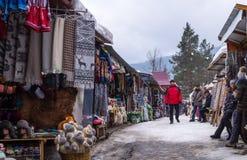 明亮的全国乌克兰纪念品在旅游纪念品市场上在市亚列姆切,一个旅游胜地在东欧 免版税库存照片