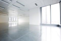 明亮的办公室内部 免版税库存照片