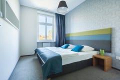 明亮的卧室在新房里 免版税库存图片