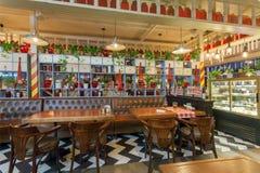 明亮的咖啡馆内部与五颜六色的内部和木桌和没有访客 免版税图库摄影